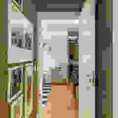 Modern Corridor, Hallway and Staircase by Juliana Agner Arquitetura e Interiores Modern