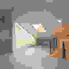 por AAG architecten Moderno Compósito de madeira e plástico