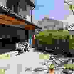Sukima House Azjatycki balkon, taras i weranda od 山本嘉寛建築設計事務所 YYAA Azjatycki Lite drewno Wielokolorowy