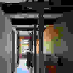 Sukima House por 山本嘉寛建築設計事務所 YYAA Asiático Madeira Acabamento em madeira