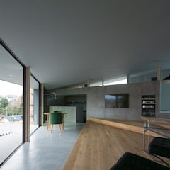 擁壁上の住処 モダンデザインの リビング の Ginga architects モダン コンクリート