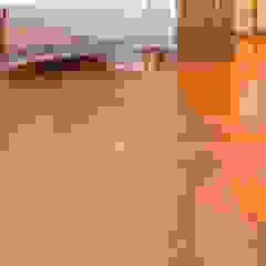 Klasyczne Wnętrze Apartamentu z Antresolą od Roble Klasyczny Drewno O efekcie drewna