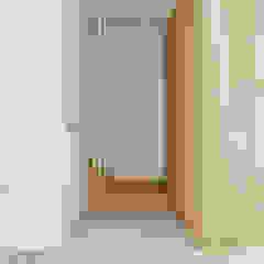 Dom jednorodzinny w Wadowicach Minimalistyczny korytarz, przedpokój i schody od TIKA DESIGN Minimalistyczny