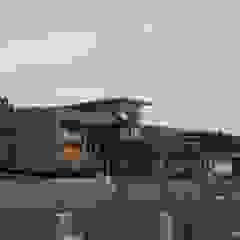 de Q-bo proyectos de construccion Rústico Compuestos de madera y plástico