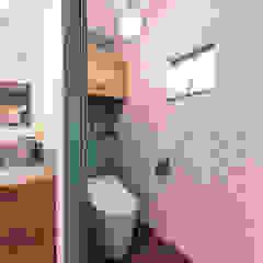 ヴィンテージカフェスタイルの家 ラスティックスタイルの お風呂・バスルーム の クローバーハウス ラスティック 木 木目調