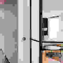 Villa aan de rand van het bos Moderne gangen, hallen & trappenhuizen van Jolanda Knook interieurvormgeving Modern