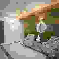 Corredores, halls e escadas coloniais por Сафронова Анастасия Colonial Madeira Acabamento em madeira