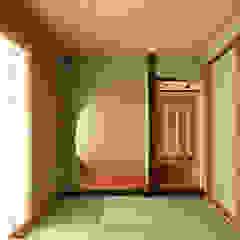 por 三浦喜世建築設計事務所 Asiático Madeira Acabamento em madeira
