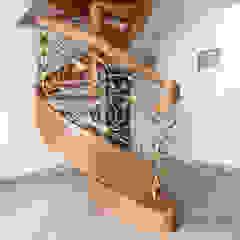 Klasyczne Wnętrze Apartamentu z Antresolą od Roble Klasyczny