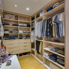 Classic style dressing rooms by Agence 360 degrés Classic