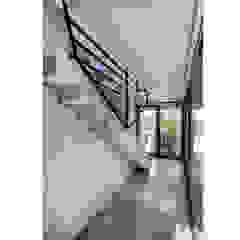 CASA OT Pasillos, vestíbulos y escaleras modernos de Speziale Linares arquitectos Moderno