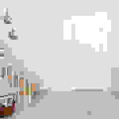 Mieszkanie minimalisty Minimalistyczny korytarz, przedpokój i schody od Q2Design Minimalistyczny