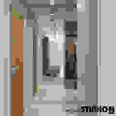 ELEGANCJA PRZY UL. PRASKIEJ Minimalistyczny korytarz, przedpokój i schody od MIKOŁAJSKAstudio Minimalistyczny