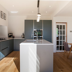 Contemporary open plan kitchen dining room من Kreativ Kitchens تبسيطي