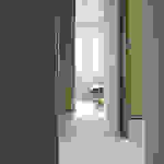 APARTAMENT MINIMUM Minimalistyczny korytarz, przedpokój i schody od r-m studio Minimalistyczny