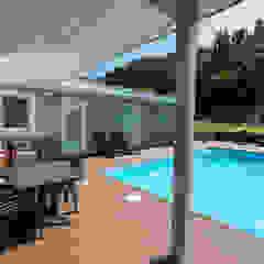 Uma casa de férias para viver todo o ano por Rusticasa Tropical Madeira Acabamento em madeira