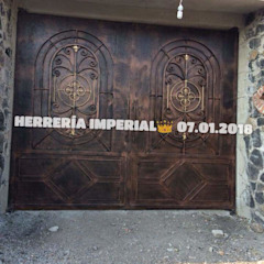 Colonial style garage/shed by Herreria y Aluminio Imperial Colonial Iron/Steel