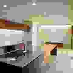 コートハウス オリジナルデザインの キッチン の 岩泉建築設計スタジオ オリジナル 木 木目調