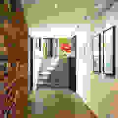 Moderner Flur, Diele & Treppenhaus von KUBE Architecture Modern