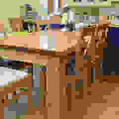Kuchnia i jadalnia z drewnianym rustykalnym stołem Rustykalna jadalnia od Stolarka Zapert Rustykalny Lite drewno Wielokolorowy