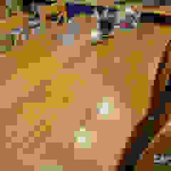 Kuchnia i jadalnia z drewnianym rustykalnym stołem Rustykalny salon od Stolarka Zapert Rustykalny Lite drewno Wielokolorowy