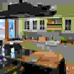 Kuchnia i jadalnia z drewnianym rustykalnym stołem od Stolarka Zapert Rustykalny Lite drewno Wielokolorowy