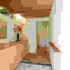 Corredores, halls e escadas asiáticos por 光風舎1級建築士事務所 Asiático Madeira Efeito de madeira