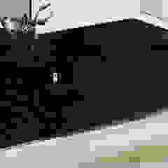 Portas Seccionadas e Automatismos Garagens e arrecadações modernas por TURTLE Moderno