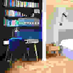 PROJEKT MIESZKANIA W MODERNISTYCZNEJ KAMIENICY Eklektyczna sypialnia od Piotr Stolarek Projektowanie Wnętrz Eklektyczny