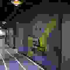 Sede Wplay - Medellín Pasillos, vestíbulos y escaleras de estilo industrial de Proyecto Decc S.A.S. Industrial