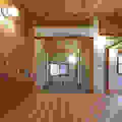 por 山道勉建築 Escandinavo Madeira Acabamento em madeira