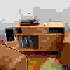 Mueble Vinilos Taller Carpintería Massive Livings de estilo minimalista Madera maciza Acabado en madera