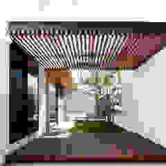 一歩中に入ると緑、光、風を身近に感じる家 モダンな庭 の kisetsu モダン 木 木目調