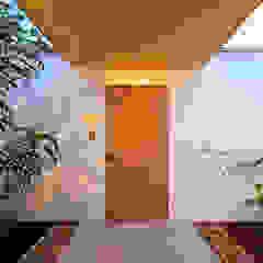 Modern corridor, hallway & stairs by kisetsu Modern لکڑی Wood effect