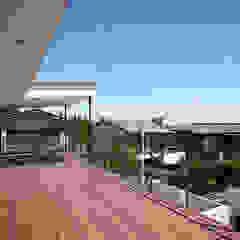 Hiên, sân thượng phong cách hiện đại bởi 株式会社小島真知建築設計事務所 / Masatomo Kojima Architects Hiện đại