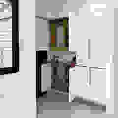 Pasillos, vestíbulos y escaleras minimalistas de ISQ 質の木系統家具 Minimalista