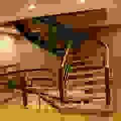 Escadas Curvas por Escamóvel lda Clássico Madeira Acabamento em madeira