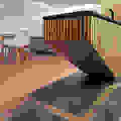 Remodelação de Apartamento T3 - Flow of Contrast por Office of Feeling Architecture, Lda Moderno Madeira Acabamento em madeira