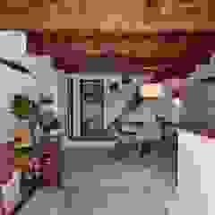 Comedores de estilo mediterráneo de Arquitectura d'Interiors-Isabel Roviralta Mediterráneo Madera maciza Multicolor