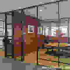 Interieurontwerp voor kantoor Post & Co - Maritieme Aansprakelijkheid en Logistieke verzekeringen. Moderne kantoor- & winkelruimten van Mishmash Modern