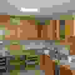 Remodelação de cozinha por Roger Remodelações- Reparações Clássico Madeira Acabamento em madeira