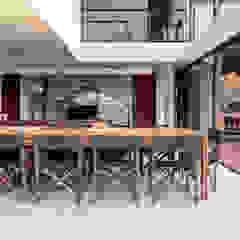 Egzotyczna jadalnia od Studio Kyze Arquitetura e Design Egzotyczny Drewno O efekcie drewna