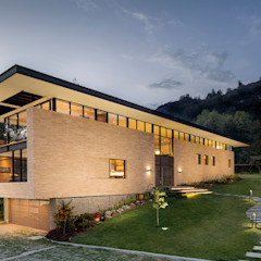 by Konrad Brunner Arquitectos Modern Bricks