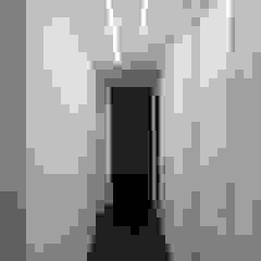 Studio di Architettura IATTONI Pasillos, vestíbulos y escaleras de estilo minimalista Blanco