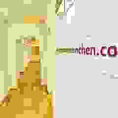 Modern corridor, hallway & stairs by Zahnarztpraxis und Co. Modern