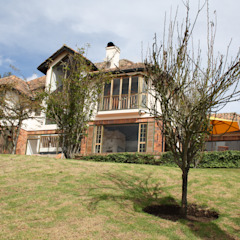 Country style house by V&V Arquitectos SAS Country