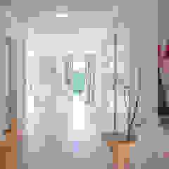 Münchner home staging Agentur GESCHKA Modern Corridor, Hallway and Staircase Beige