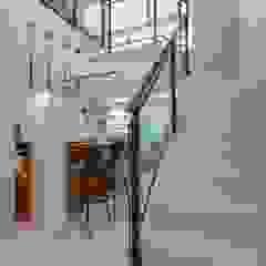 Spazhio Croce Interiores Corridor, hallway & stairsStairs Porcelain White