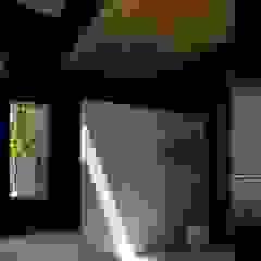 有限会社アルキプラス建築事務所 Asian style corridor, hallway & stairs