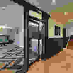 JEBENS SCHOOF ARCHITEKTEN BDA Modern corridor, hallway & stairs